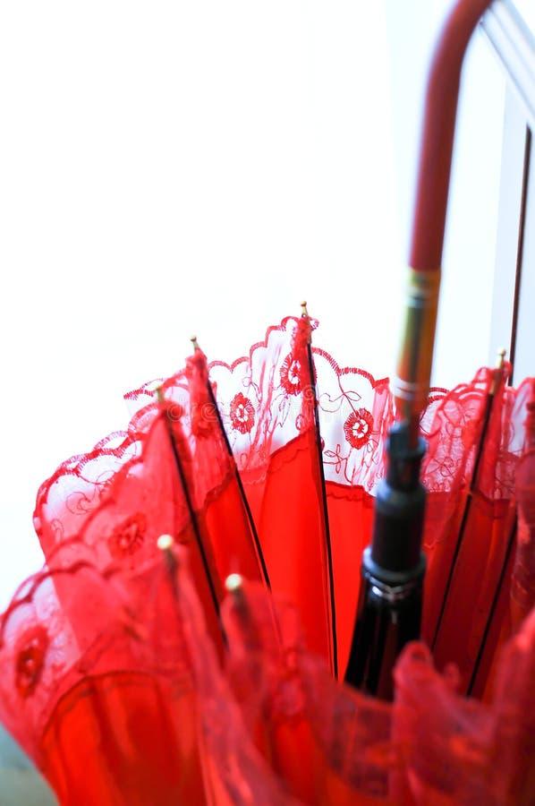 Traditioneller Chinese-roter Hochzeits-Regenschirm stockfotos
