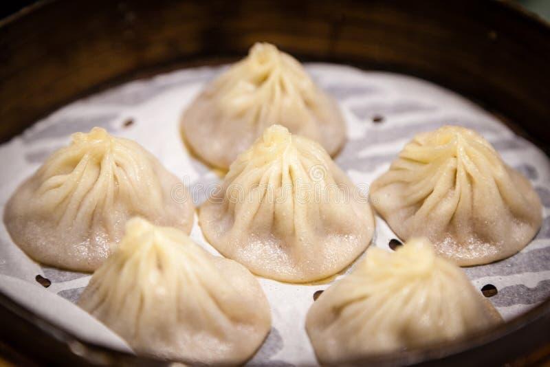 Traditioneller Chinese-Suppe-gefüllter Schweinefleisch-Mehlkloß Xiao Long Bao lizenzfreie stockbilder