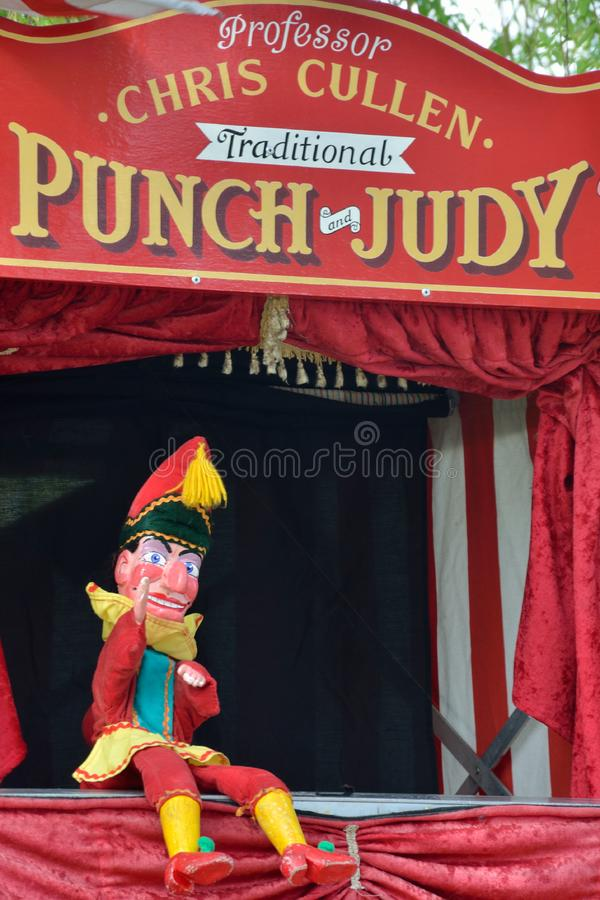 Traditioneller Durchschlags- und Judy-Stand mit Herrn Punch, das sich hinsetzt lizenzfreie stockbilder