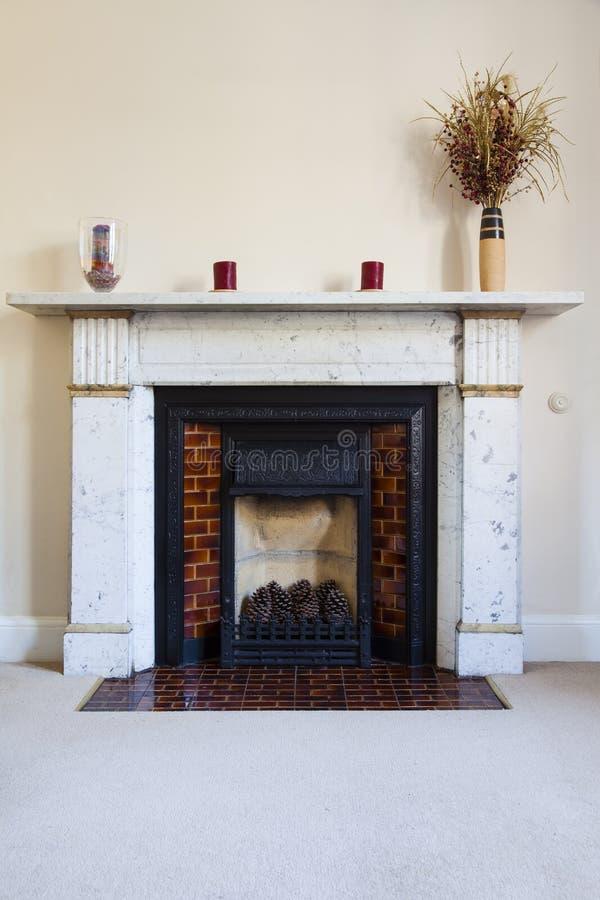 Traditioneller englischer Marmorkamin lizenzfreie stockfotografie