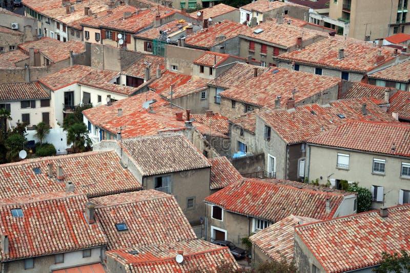 Traditioneller europäischer Lehm deckte rote Dachspitzen mit Ziegeln lizenzfreie stockbilder