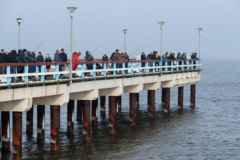 Traditioneller Fischfestival Palanga-Schmelz 2018, Litauen, Fischer auf dem Pier lizenzfreie stockbilder