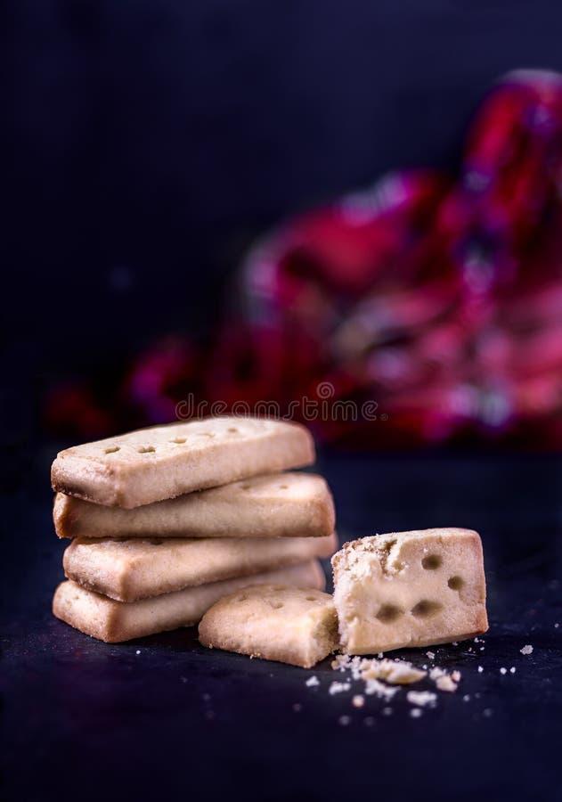 Traditioneller gebackener schottischer Keks auf dunklem Hintergrund und Spindel lizenzfreies stockfoto