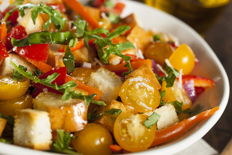 Traditioneller gesunder Panzanella-Salat stockfotos