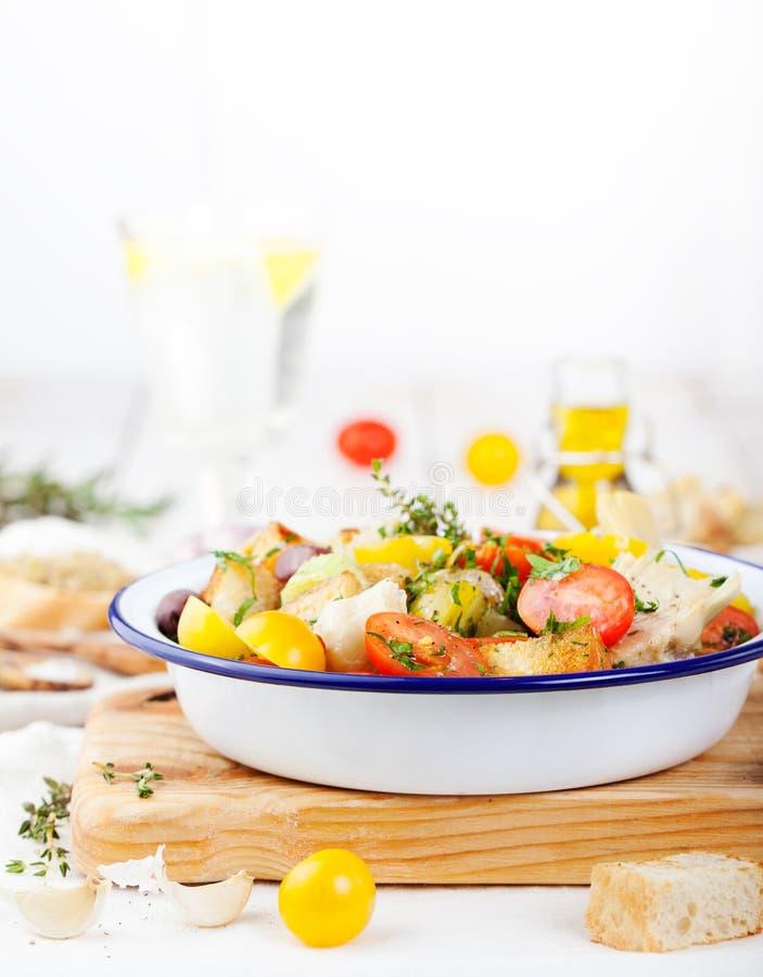 Traditioneller gesunder Panzanella-Salat mit frischen Tomaten und knusperigem Brot lizenzfreie stockfotografie