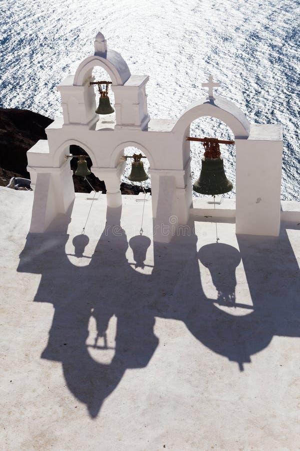 Traditioneller Glockenturm in Oia-Dorf von die Kykladen-Insel, Santorini, Griechenland stockbild