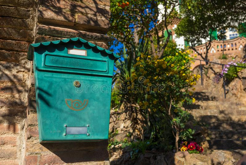 Traditioneller grüner Briefkasten auf der Wand am Eingang zum Privathaus stockfotos