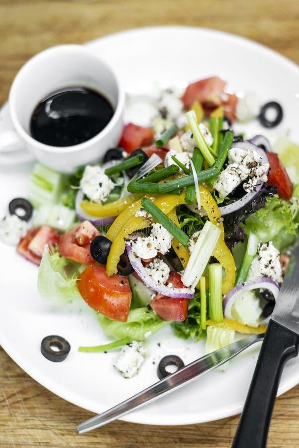 Traditioneller griechischer Salat mit Feta und gemischtem organischem veget stockbilder