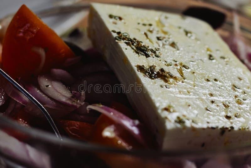 Traditioneller griechischer Salat mit Gemüse, Oliven und Feta stockfotos