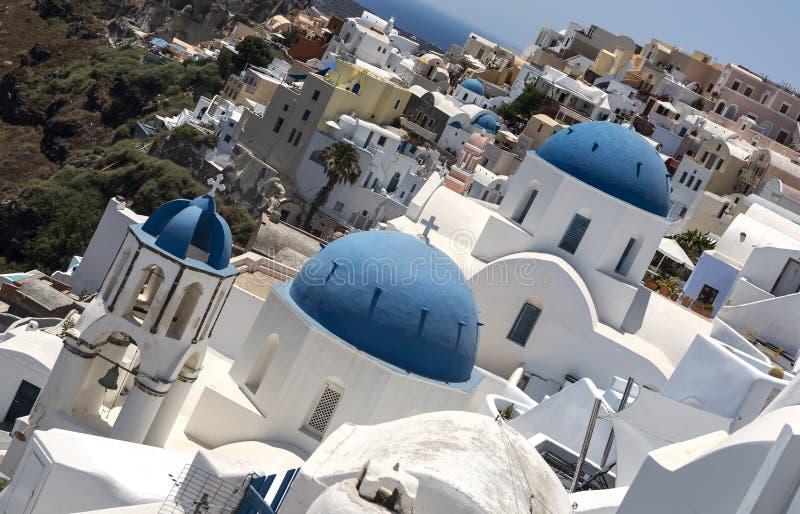 Traditioneller griechischer wei?er Kirchenbogen mit Kreuz und Glocken im Dorf Oia von die Kykladen-Insel Santorini Griechenland stockfotos