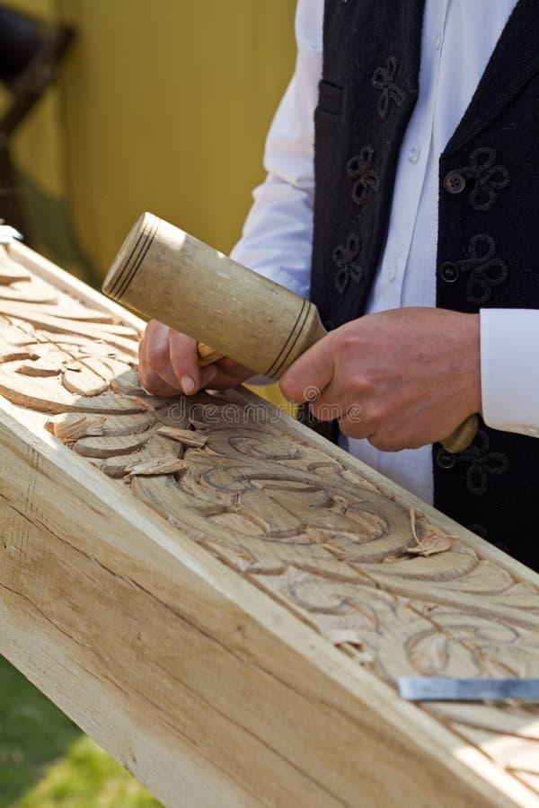 Traditioneller Handwerker, der Holz schnitzt stockfotos