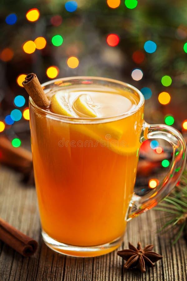 Traditioneller heißer Apfelweinalkohol-Getränkwinter lizenzfreie stockfotografie
