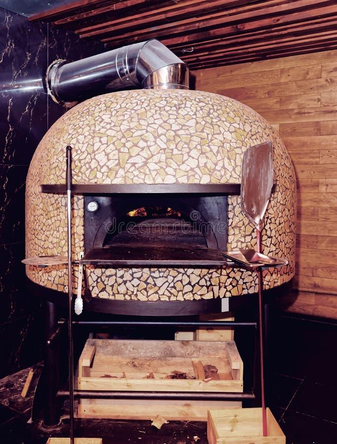 Traditioneller Holz-abgefeuerter Pizzaofen, getont lizenzfreies stockfoto