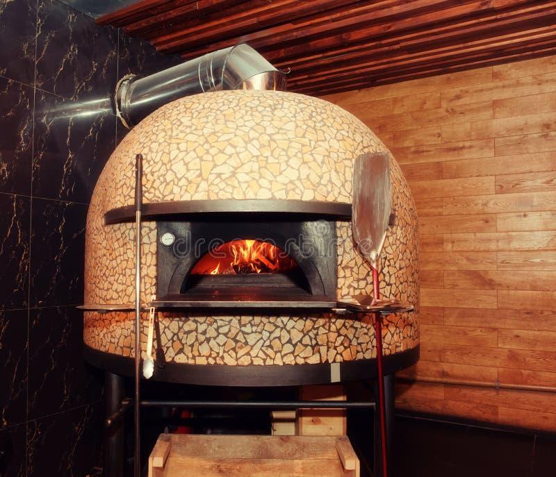 Traditioneller Holz-abgefeuerter Pizzaofen, getont lizenzfreie stockfotos