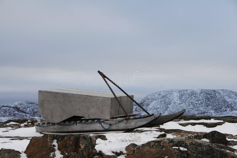 Traditioneller Inuit Schlitten oder Qamutiik in Kap-Dorset-Art lizenzfreies stockbild