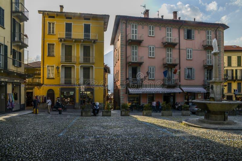Traditioneller italienischer Marktplatz mit einem Brunnen des öffentlichen Wassers außerhalb der Basilika von San Giacomo in Bell lizenzfreie stockbilder
