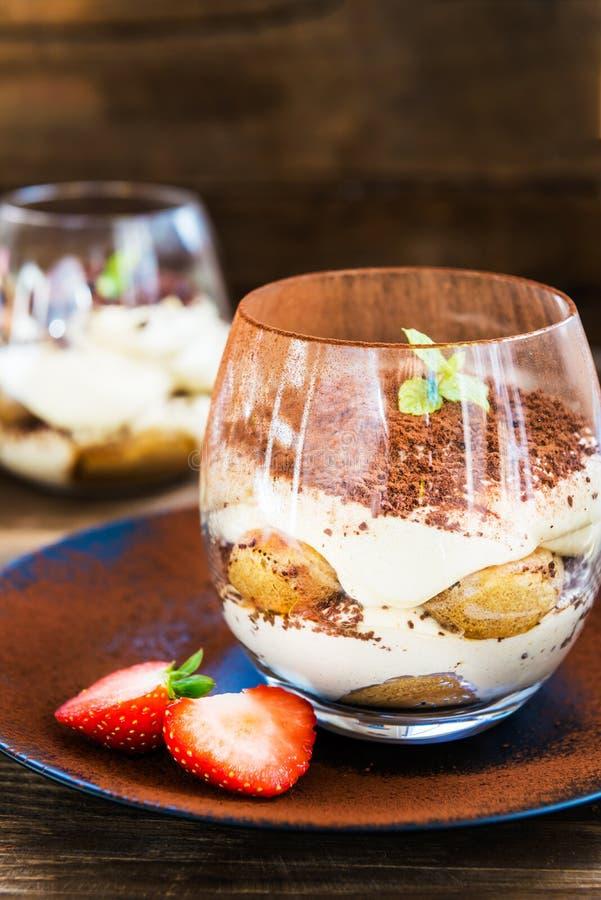 Traditioneller italienischer Nachtisch Tiramisu in einem Glasgefäß lizenzfreie stockfotos