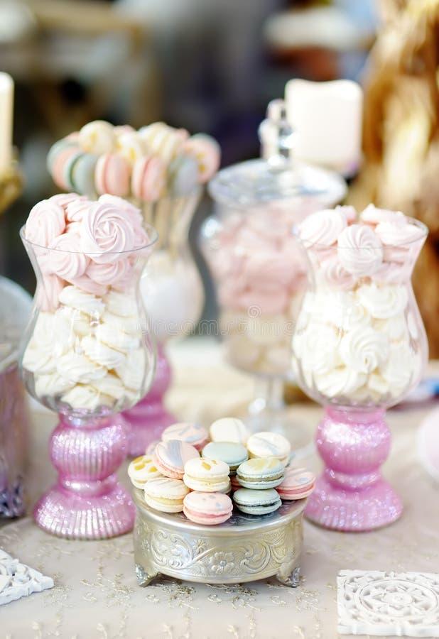 Traditioneller Jahrestag/heiratende süße Tabelle mit Makronen stockfotografie
