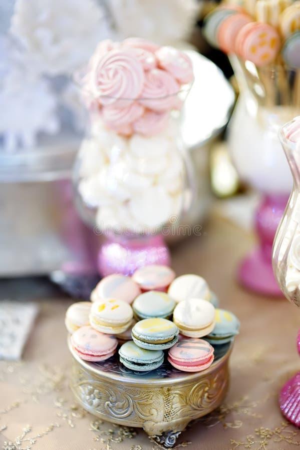 Traditioneller Jahrestag/heiratende s??e Tabelle mit Makronen stockfotografie