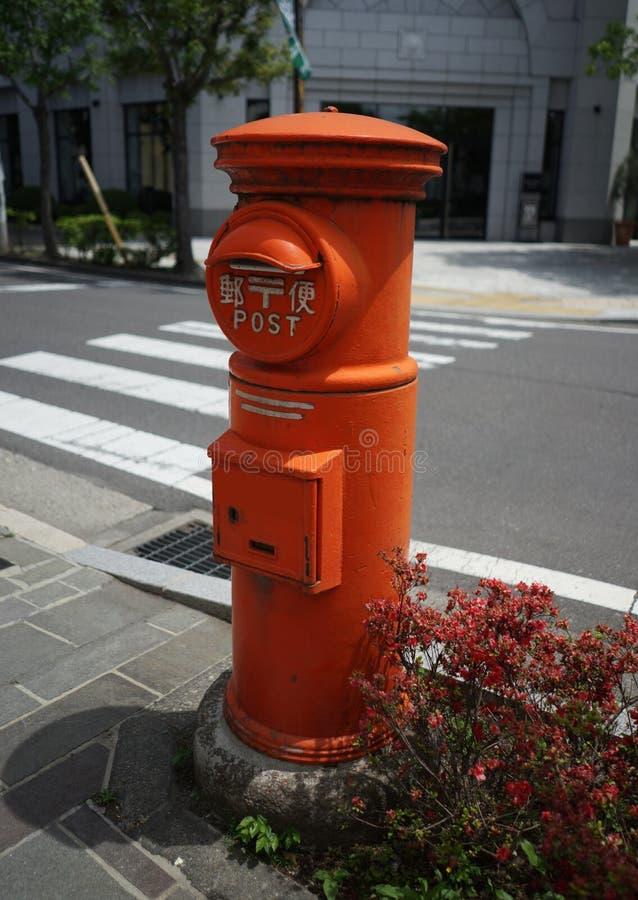 Traditioneller japanischer roter Briefkasten stockbild