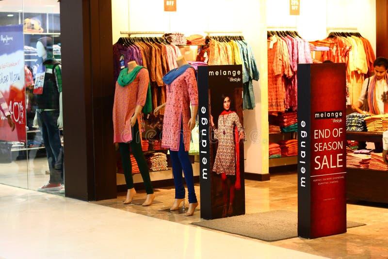 Traditioneller Kleidanschluß im königlichen Meenakshi Mall stockfotografie