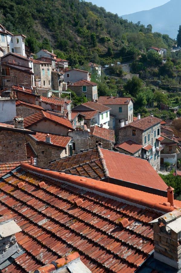 Traditioneller Lehm deckte rote Dächer mit Ziegeln stockbilder