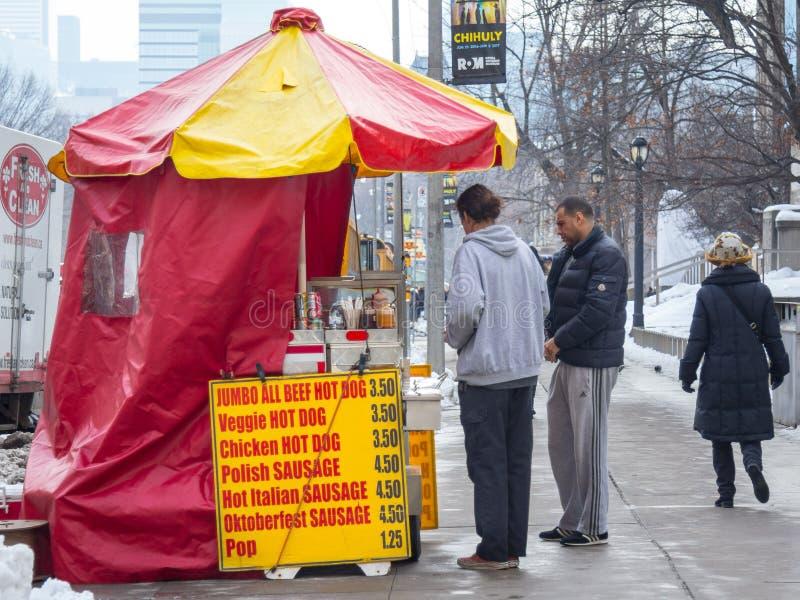 Traditioneller nordamerikanischer Hotdogstand in im Stadtzentrum gelegenem Toronto, Kanada lizenzfreie stockfotografie