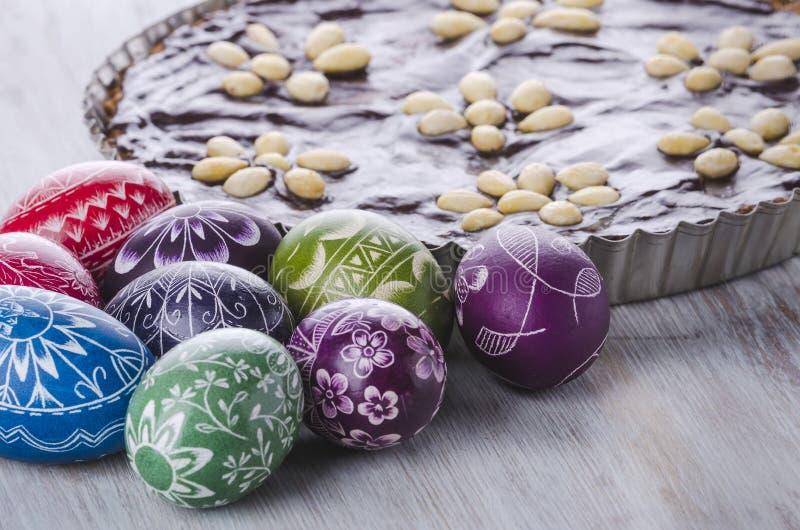 Traditioneller polnischer Ostern-Schokolade Kuchen Ostereier und mazurek stockfoto