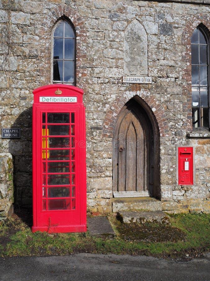 Traditioneller roter britischer Münzfernsprecher geändert, um eine Defibrillatoreinheit, Dartmoor unterzubringen lizenzfreie stockbilder