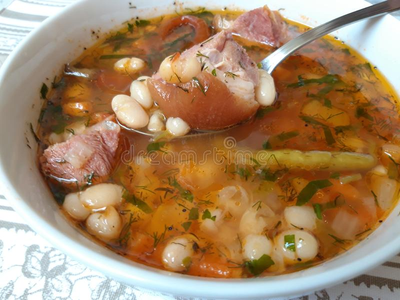 Traditioneller rumänischer Bean Soup mit geräuchertem Schweinefleisch stockfoto