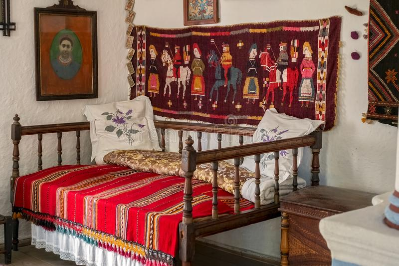 Traditioneller rumänischer Volkshausinnenraum mit Weinlesedekoration stockfotografie
