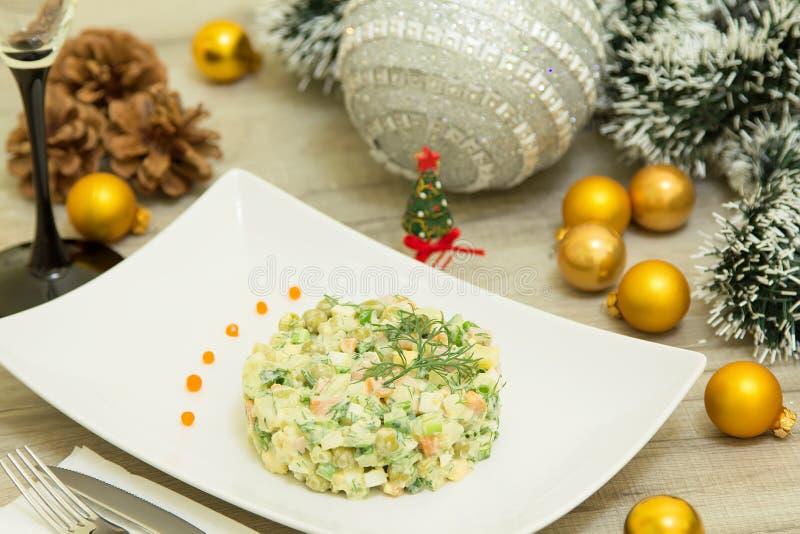 Traditioneller russischer Weihnachtssalat Olivier mit Wurst und frischen Gurken stockfotos
