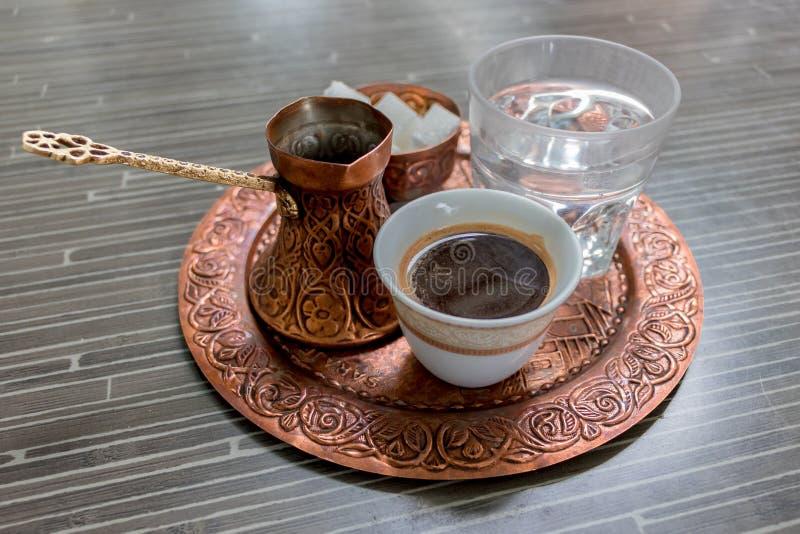 Traditioneller schwarzer Kaffee und alte Teller 2, Bosnien, Montenegro, Serbien lizenzfreie stockbilder