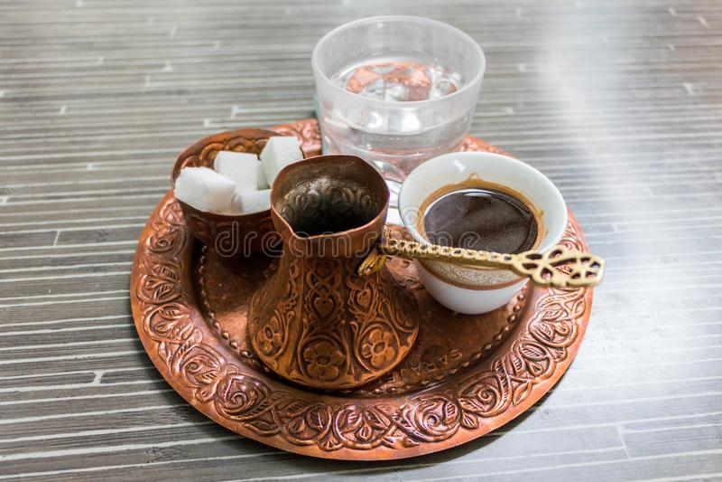 Traditioneller schwarzer Kaffee und alte Teller 1, Bosnien, Montenegro, Serbien lizenzfreie stockfotos