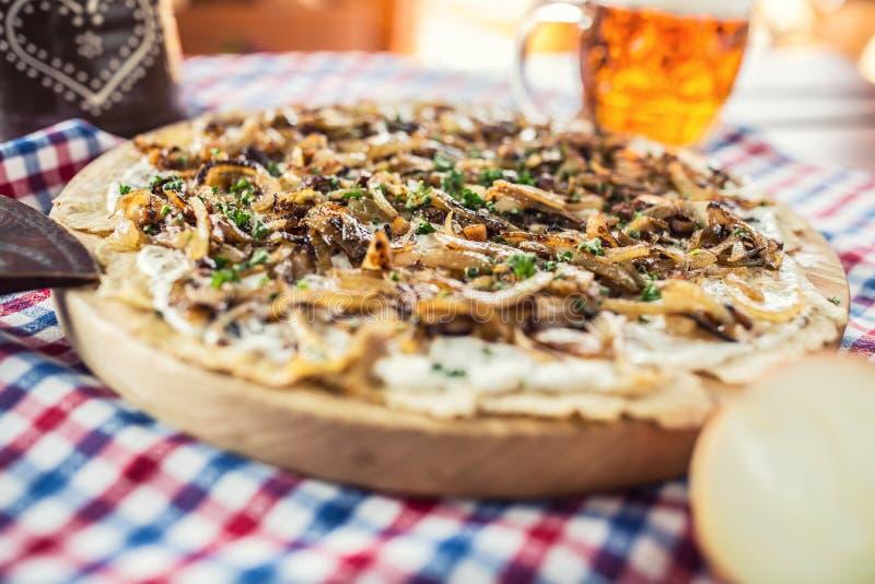Traditioneller Slovakkartoffelpfannkuchen mit gebratenem Zwiebel Speck und che stockfotografie