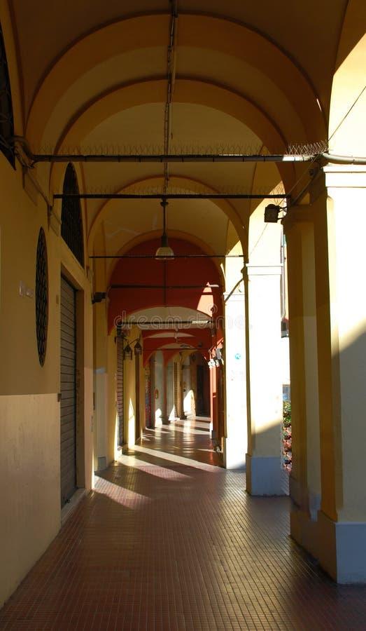 Traditioneller Straßensäulengang, Bologna, Italien lizenzfreies stockbild