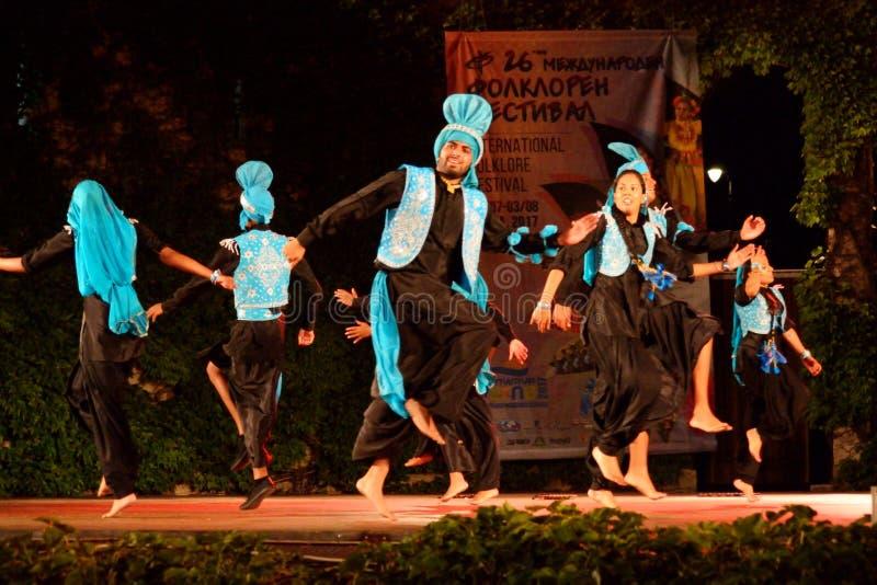 Traditioneller Tanz von der Indien-Stadiumsleistung stockfotos