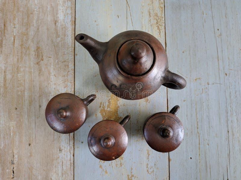 Traditioneller Teesatz gemacht vom Lehm, vom Tonwarenkessel und von den keramischen Topfschalen stockfotos