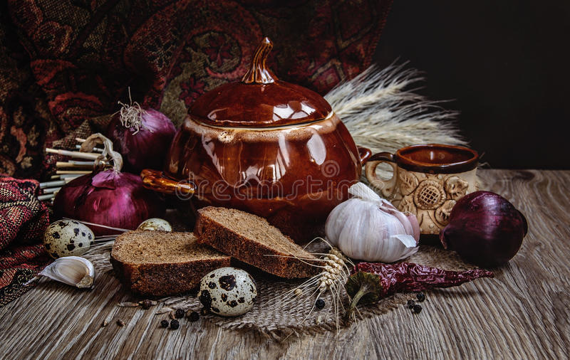Traditioneller ukrainischer keramischer Topf lizenzfreie stockbilder