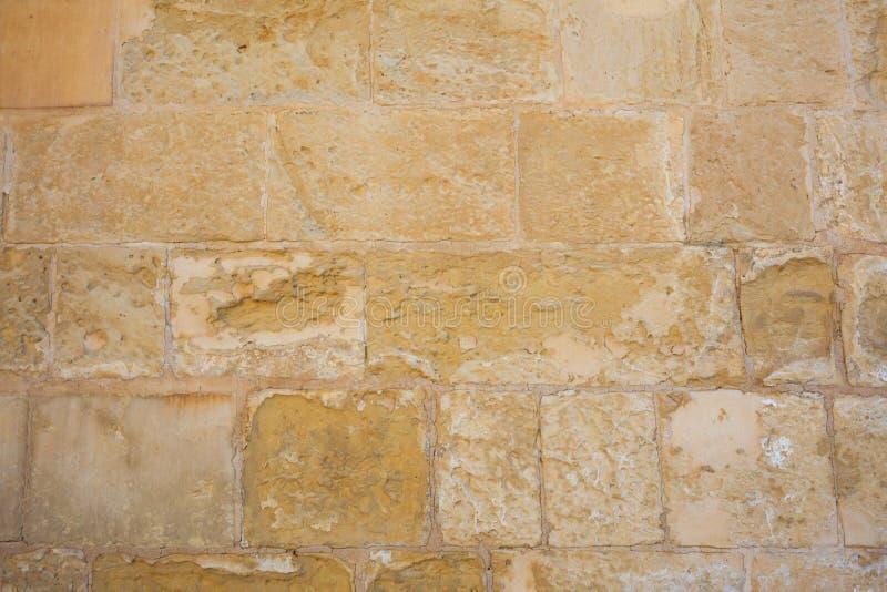 Traditioneller verwitterter Steinwandhintergrund in Malta stockbild