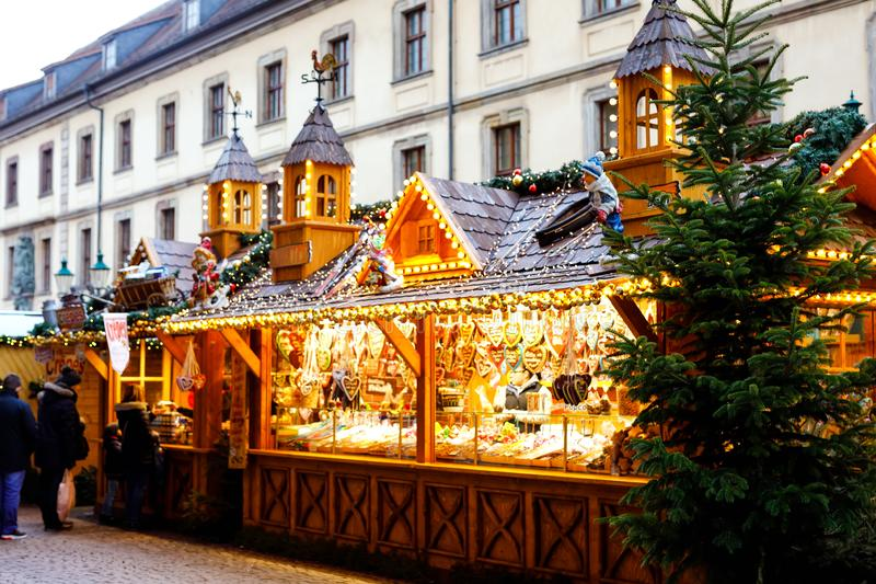 Traditioneller Weihnachtsmarkt in der historischen Mitte von N?rnberg, Deutschland Verziert mit Girlanden- und Lichtverkaufsställ stockbild