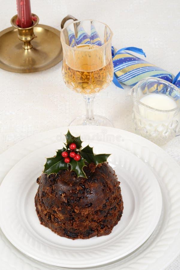 Traditioneller Weihnachtspudding mit Glas Wein lizenzfreie stockfotos