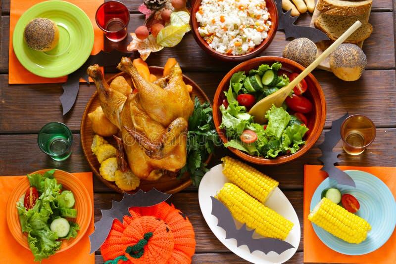 Traditionelles Abendessen gedient mit Dekorationen für Halloween stockfotografie