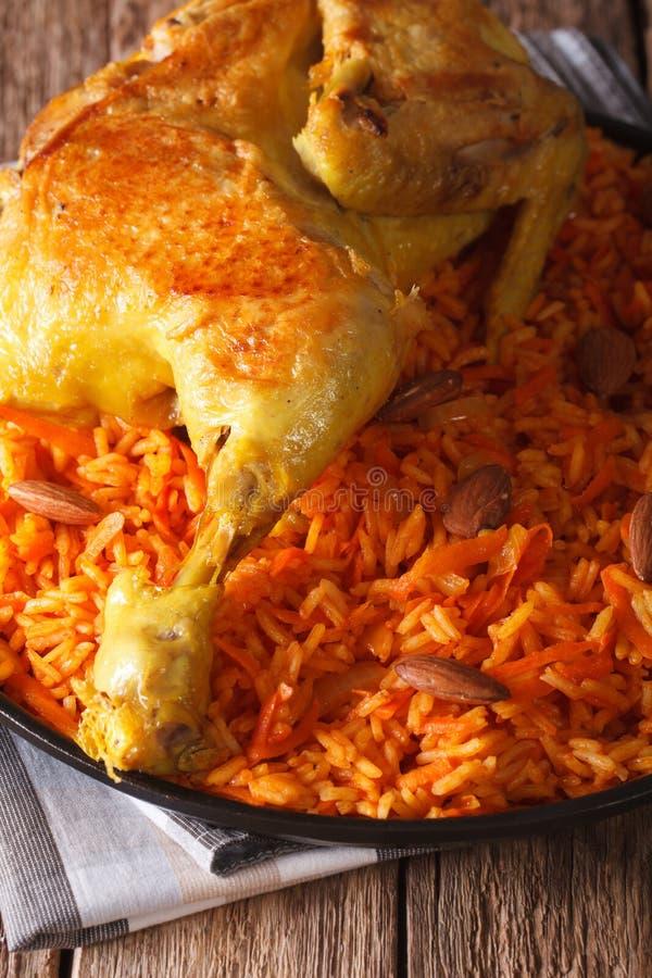 Traditionelles arabisches Lebensmittel: kabsa mit Hühnernahaufnahme vertikal stockfoto