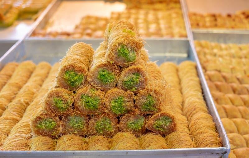 Traditionelles arabisches und t?rkisches Bonbongeb?ck-Nachtischbaklava mit der Pistazie, verkauft am lokalen Markt lizenzfreie stockfotos