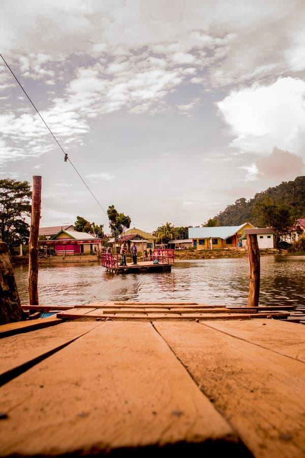 Traditionelles Boot, das Leute über dem Fluss transportieren kann lizenzfreie stockfotografie