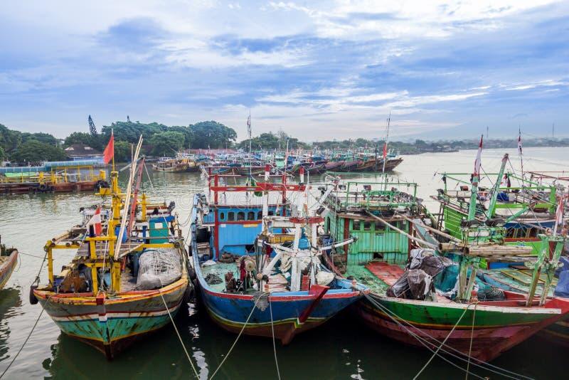 Traditionelles Bootsmeer des indonesischen Fischens stockfotos
