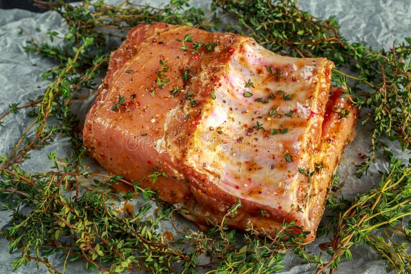 Traditionelles britisches Schweinelendegelenk Knochen-mit im Seesalz blättert, Pfeffer und Thymian ab Frischgemüse und Früchte au lizenzfreies stockbild