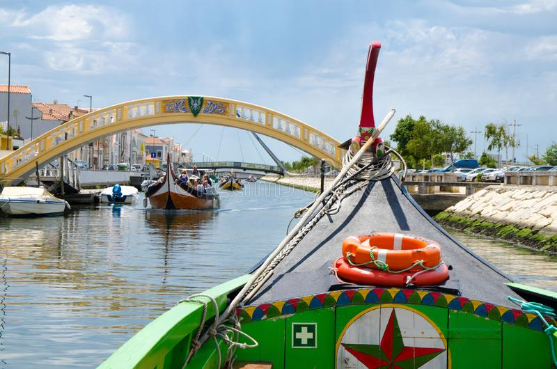 Traditionelles buntes Boot Moliceiro auf Kanal an Aveiro-Stadt, Por stockbild