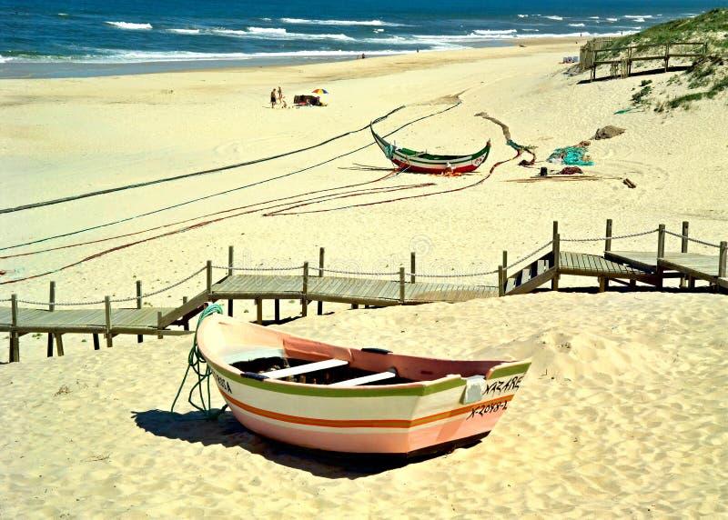 Traditionelles buntes Fischerboot auf dem Westküstenstrand in Portugal stockbilder